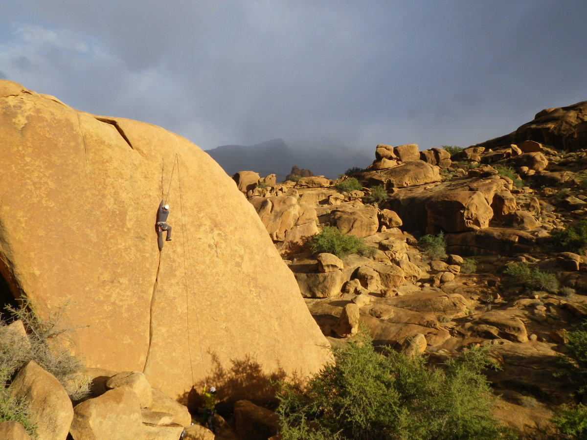 Bob Thomas getting to grips with some of the Tafraoute sugary granite on this amazing E4/5. The area abounds in such lines, 270 kb