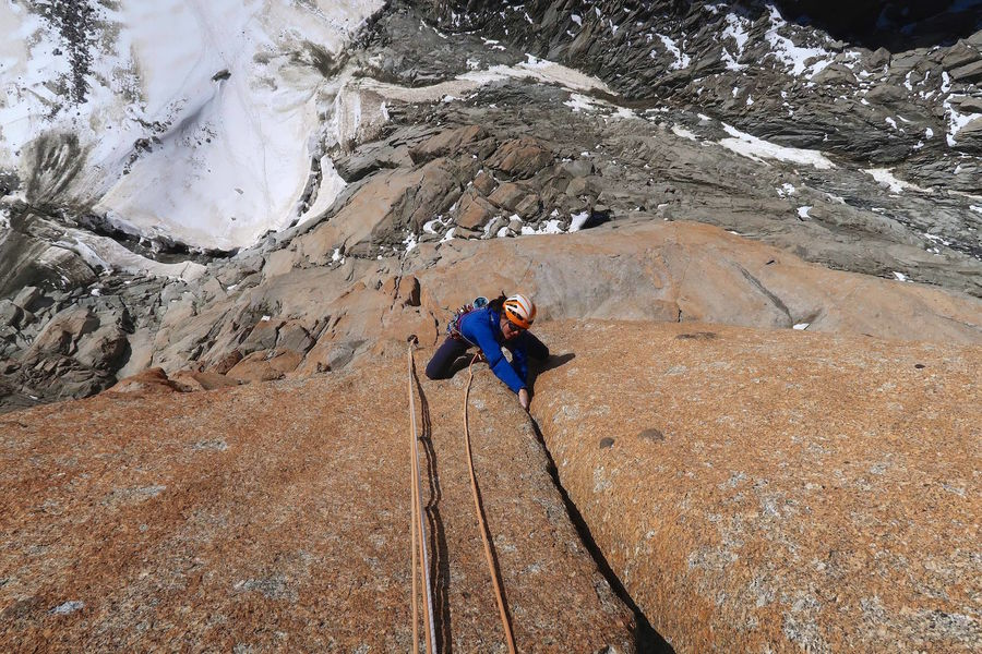 Nina jams on a perfect granite splitter, 177 kb