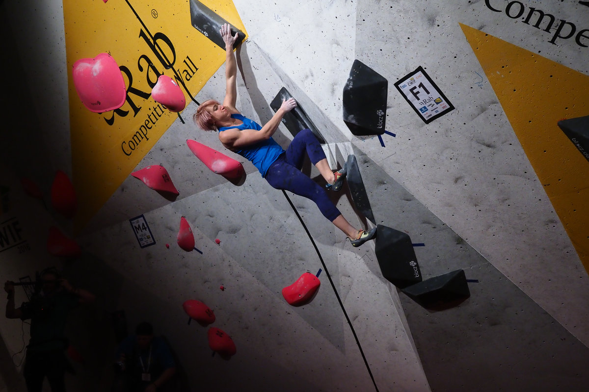 Michaela Tracy pulling hard on problem 1 © UKC News