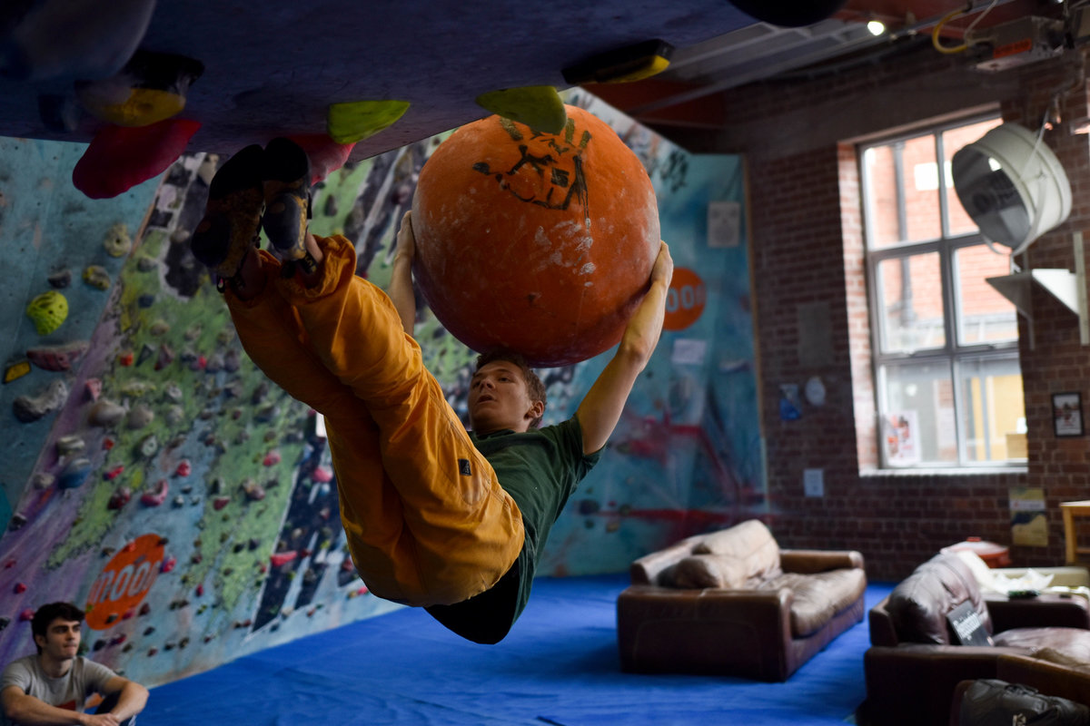 The acrobatic nature of indoor bouldering adds an element of fun. © UKC Articles
