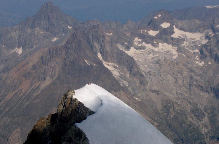 Sunlit climbers on the Dôme de Neige des Ecrins (4015m), 108 kb