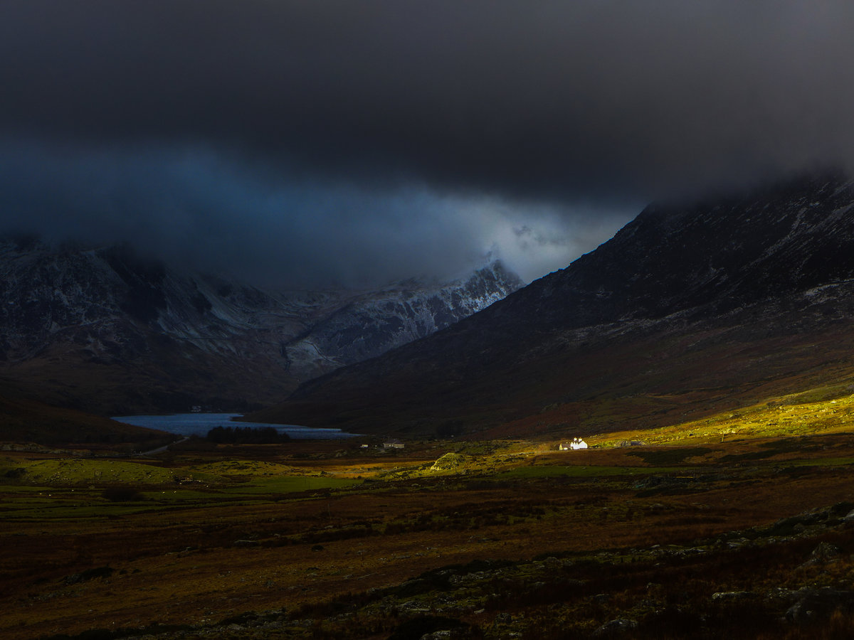 Sunlight breaking through a moody Ogwen Valley  © jethro kiernan