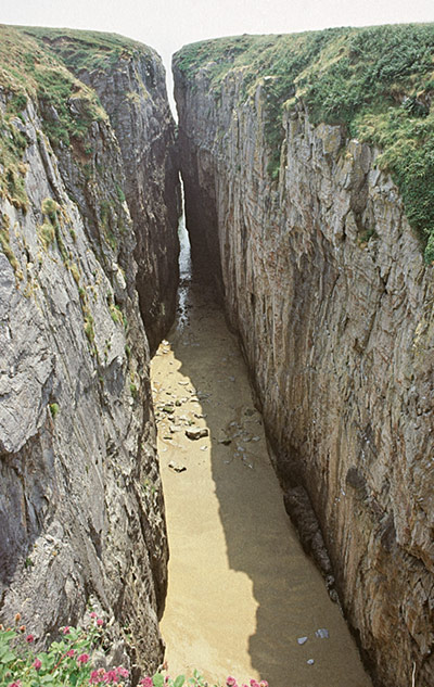 Huntsman's Leap in Pembrokeshire, with a rare covering of sand at is base., 108 kb