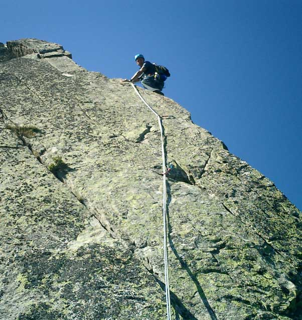Alex on the airy F5c pitch on the summit ridge, 81 kb