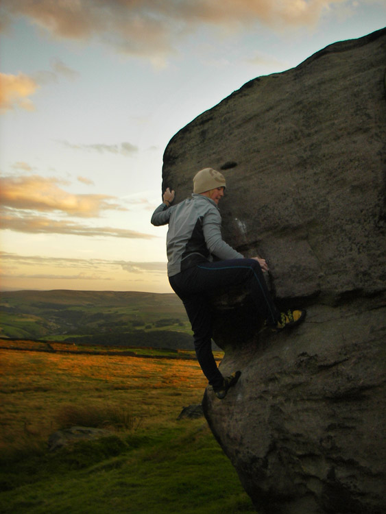 pinkie on 'The Bridesmaid' (V2)... Bridestones. Above Todmorden.  photographer : Obi Wan, 95 kb