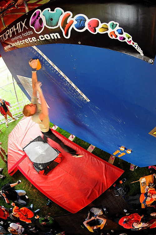 Skyler setting the new Guiness World Dyno record of 2.65m at Cliffhanger 2008, 146 kb