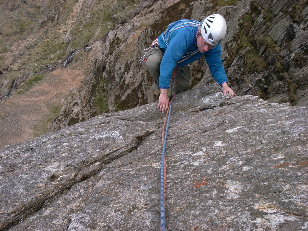 John Eales mantelling onto the final slab of Main Wall, Cyrn Las, 222 kb