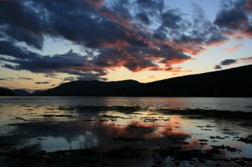 Yes its a typical photo fo a Scottish Loch (Loch Linnhe to be precise