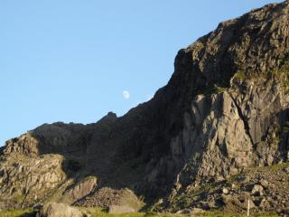 dinas mot and the moon
