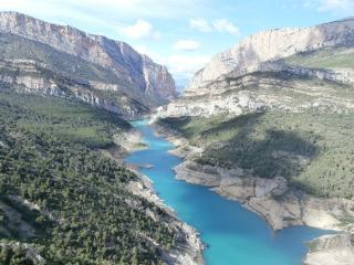 Aragon's wall on the left, Catalunya's wall on the right... Noguera river cannyon, taken from Olmo Urquiza arete