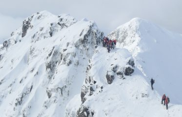 Queue for the Pinnacles. A busy day on the Ridge.