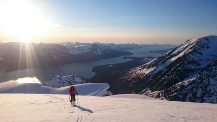 Heading up Holmbukttinden on our way to a rendezvous at midnight with Jiehkkevarri summit and the midnight sun