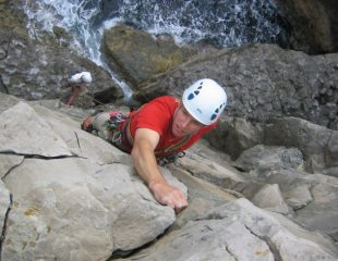 Nearing the top of Freda (VS 5a), Subluminal, Swanage. Photo by Karlos.