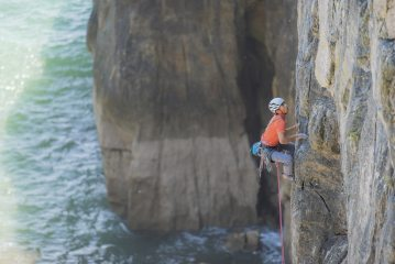 Kris Suriyo on the top section of From a distance in Pembrokeshire. Photo by Bea Vilhelmsen