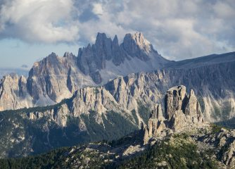Afternoon light on Cinque Torri and surrounding mountains, 255 kb